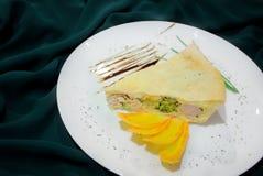Κομμάτια του λάχανου κρέατος πιτών, τυρί, μαύρο υπόβαθρο καρότων Στοκ φωτογραφία με δικαίωμα ελεύθερης χρήσης