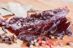 Κομμάτια του βόειου κρέατος jerky και καρυκεύματα Στοκ φωτογραφία με δικαίωμα ελεύθερης χρήσης
