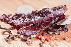 Κομμάτια του βόειου κρέατος jerky και καρυκεύματα Στοκ εικόνες με δικαίωμα ελεύθερης χρήσης