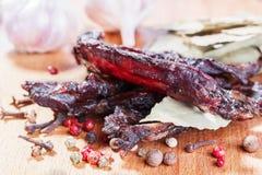 Κομμάτια του βόειου κρέατος jerky και καρυκεύματα Στοκ Φωτογραφίες