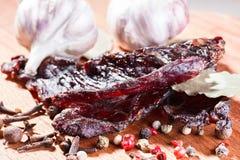 Κομμάτια του βόειου κρέατος jerky και καρυκεύματα Στοκ Εικόνες