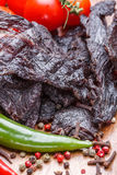 Κομμάτια του βόειου κρέατος jerky, των ντοματών, του καυτών πιπεριού και των καρυκευμάτων Στοκ φωτογραφία με δικαίωμα ελεύθερης χρήσης