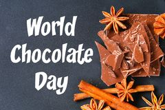 Κομμάτια του γλυκάνισου σοκολάτας, κανέλας και αστεριών σε έναν σκοτεινό γκρίζο πίνακα 11 Ιουλίου είναι η ημέρα της σοκολάτας Στοκ Εικόνα