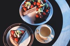 Κομμάτια του κέικ Καυτός καφές κακάου σοκολάτας ποτών στα φλυτζάνια Μαύρη ανασκόπηση Στοκ εικόνα με δικαίωμα ελεύθερης χρήσης