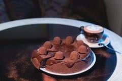 Κομμάτια του κέικ Καυτός καφές κακάου σοκολάτας ποτών στα φλυτζάνια Μαύρη ανασκόπηση Στοκ εικόνες με δικαίωμα ελεύθερης χρήσης