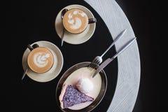 Κομμάτια του κέικ Καυτός καφές κακάου σοκολάτας ποτών στα φλυτζάνια Μαύρη ανασκόπηση Στοκ Εικόνες