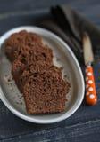 Κομμάτια του κέικ σοκολάτας στο ωοειδές πιάτο Στοκ Εικόνες