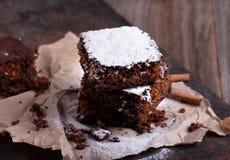 Κομμάτια του κέικ σοκολάτας Χριστουγέννων Στοκ φωτογραφία με δικαίωμα ελεύθερης χρήσης