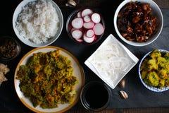 Κομμάτια του κοτόπουλου teriyaki, των νουντλς ρυζιού και του μπρόκολου tempura ασιατική κουζίνα Στοκ εικόνα με δικαίωμα ελεύθερης χρήσης