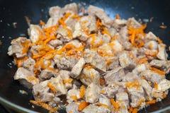 Κομμάτια του κρέατος με stew καρότων Στοκ Φωτογραφίες