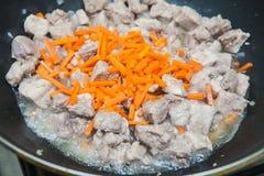 Κομμάτια του κρέατος με stew καρότων Στοκ Εικόνες