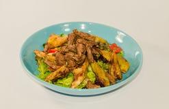 Κομμάτια του κρέατος που μαγειρεύεται με τα λαχανικά στοκ εικόνες