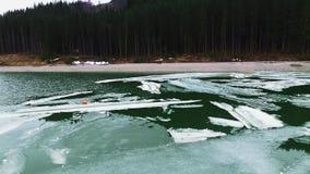 Κομμάτια του πάγου στον ποταμό φιλμ μικρού μήκους