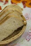 Κομμάτια του πρόσφατα ψημένου ψωμιού, σε ένα κύπελλο για το ψωμί σε μια πετσέτα στοκ εικόνες