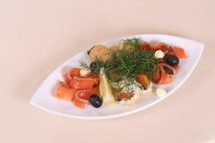 Κομμάτια του σολομού με το μάραθο, τις ελιές και την άσπρη σάλτσα Στοκ φωτογραφία με δικαίωμα ελεύθερης χρήσης