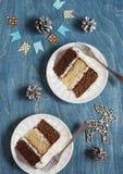 Κομμάτια του τριπλού κέικ σοκολάτας στο ξύλινο υπόβαθρο Στοκ Εικόνα