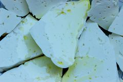Κομμάτια του τυριού φέτας που βρέχεται με το ελαιόλαδο Στοκ φωτογραφίες με δικαίωμα ελεύθερης χρήσης