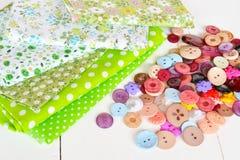Κομμάτια του υφάσματος, κουμπιά - μια ράβοντας εξάρτηση Στοκ εικόνες με δικαίωμα ελεύθερης χρήσης
