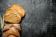 Κομμάτια του φρέσκου ψωμιού σίκαλης στοκ εικόνες