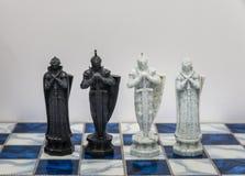 Κομμάτια του χαρακτήρα σκακιού στον πίνακα με ένα φως Ένας χαρακτήρας αντιπροσωπεύει τη στρατηγική, προγραμματισμός, γενναίος, πρ Στοκ Φωτογραφίες