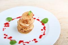 Κομμάτια του ψημένου κρέατος με τα τσιπ αχλαδιών Στοκ Εικόνες