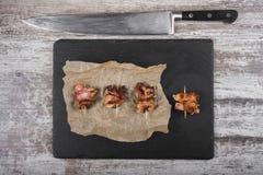 Κομμάτια του ψημένου κρέατος snack Κρέας στο γλυκό στοκ εικόνες