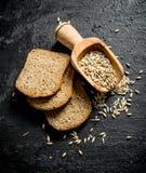 Κομμάτια του ψωμιού σίκαλης με το σιτάρι στοκ φωτογραφία με δικαίωμα ελεύθερης χρήσης