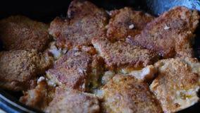 Κομμάτια του juicy φρέσκου κρέατος χοιρινού κρέατος που τηγανίζεται στο πετρέλαιο σε ένα τηγάνι απόθεμα βίντεο