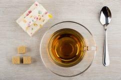 Κομμάτια του pastila με τη μαρμελάδα, τη ζάχαρη, το κουταλάκι του γλυκού και το τσάι Στοκ εικόνες με δικαίωμα ελεύθερης χρήσης