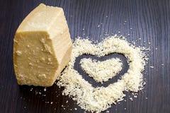 Κομμάτια του reggiano παρμεζάνας ή του τυριού παρμεζάνας στο μαύρο ξύλινο β Στοκ φωτογραφία με δικαίωμα ελεύθερης χρήσης