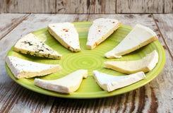 Κομμάτια των διάφορων τύπων τυριών στοκ εικόνες με δικαίωμα ελεύθερης χρήσης