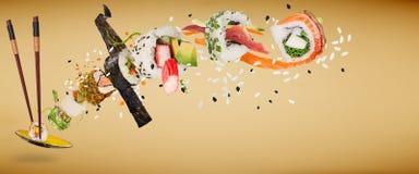 Κομμάτια των εύγευστων ιαπωνικών σουσιών που παγώνουν στον αέρα Στοκ Εικόνες