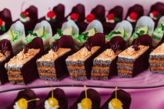Κομμάτια των κέικ σοκολάτας που τυλίγονται στο καφετί χαρτί Στοκ φωτογραφία με δικαίωμα ελεύθερης χρήσης