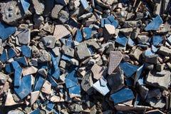 Κομμάτια των κτυπημένων κεραμιδιών και των τσιμεντένιων ογκόλιθων Στοκ Φωτογραφία
