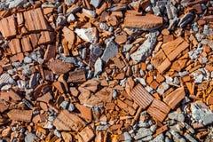 Κομμάτια των κτυπημένων τούβλων και των τσιμεντένιων ογκόλιθων Στοκ Εικόνες