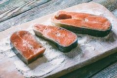 Κομμάτια των κόκκινων ψαριών στο αλεύρι Στοκ Φωτογραφία