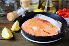 Κομμάτια των κόκκινων ψαριών στο τηγάνι, σολομός Στοκ φωτογραφία με δικαίωμα ελεύθερης χρήσης