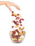 Κομμάτια των φρούτων που εμπίπτουν σε ένα κύπελλο γυαλιού στοκ εικόνες με δικαίωμα ελεύθερης χρήσης