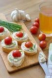 Κομμάτια ψωμιού το λαχανικό που διαδίδονται με, τα φρέσκα κρεμμύδια και τις ντομάτες Στοκ φωτογραφία με δικαίωμα ελεύθερης χρήσης