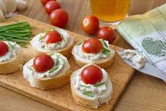 Κομμάτια ψωμιού το λαχανικό που διαδίδονται με, τα φρέσκα κρεμμύδια και τις ντομάτες Στοκ φωτογραφίες με δικαίωμα ελεύθερης χρήσης