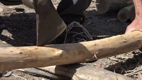 Κομμάτι θέσης του ξύλου με ένα τσεκούρι στο Ουζμπεκιστάν απόθεμα βίντεο