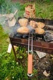 Κομμάτι κοτόπουλου μαγείρων με το καρύκευμα στο τηγάνισμα του τηγανιού Στοκ φωτογραφία με δικαίωμα ελεύθερης χρήσης