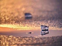 Κομμάτι πάγου στην εκλεκτική φωτογραφία εστίασης Άποψη λεπτομέρειας στα βαθιά clefts και τις παγωμένες φυσαλίδες Στοκ φωτογραφίες με δικαίωμα ελεύθερης χρήσης
