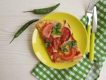 Κομμάτι πιτσών με την ντομάτα μαχαιριών δικράνων λουκάνικων άσπρο σε ξύλινο Στοκ φωτογραφία με δικαίωμα ελεύθερης χρήσης