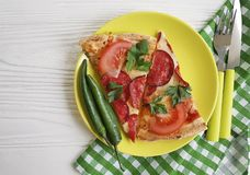 Κομμάτι πιτσών με την ντομάτα μαχαιριών πιπεριών δικράνων λουκάνικων άσπρο σε ξύλινο Στοκ εικόνα με δικαίωμα ελεύθερης χρήσης