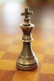 Κομμάτι σκακιού βασιλιάδων μετάλλων σε έναν ξύλινο πίνακα Στοκ εικόνες με δικαίωμα ελεύθερης χρήσης