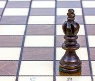 Κομμάτι σκακιού βασιλιάδων σε έναν πίνακα σκακιού Στοκ Εικόνες