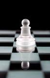 Κομμάτι σκακιού ενέχυρων στο χαρτόνι σκακιού Στοκ Εικόνες