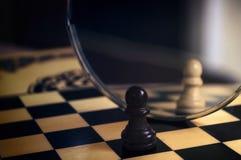 Κομμάτι σκακιού στον καθρέφτη Στοκ Φωτογραφίες