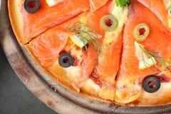 Κομμάτι σολομών της πίτσας Στοκ φωτογραφία με δικαίωμα ελεύθερης χρήσης